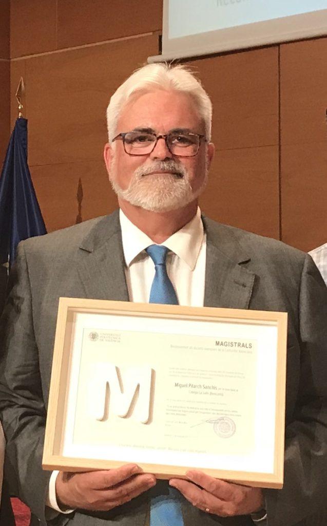 Miguel Pitarch Sanchís con el diploma que reconoce su trabajo con los alumnos.
